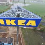 PhotoRepublic ZWOLLE – IKEA Zwolle heeft woensdag de navigatiemast met logo geplaatst.