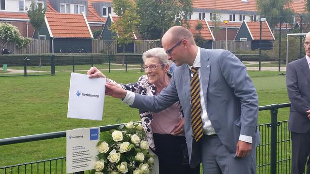 Photo of Herman van Elburg krijgt herinneringsbordje in Azaleapark