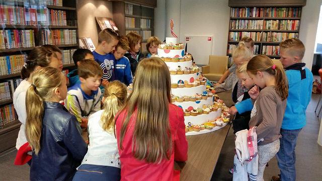 Photo of Kinderen van de Duyvenkamp delen cupcakes uit bij Berkumstede