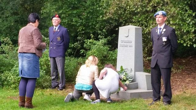Photo of Herdenkingsplechtigheid bij monument in park Het Engelse Werk
