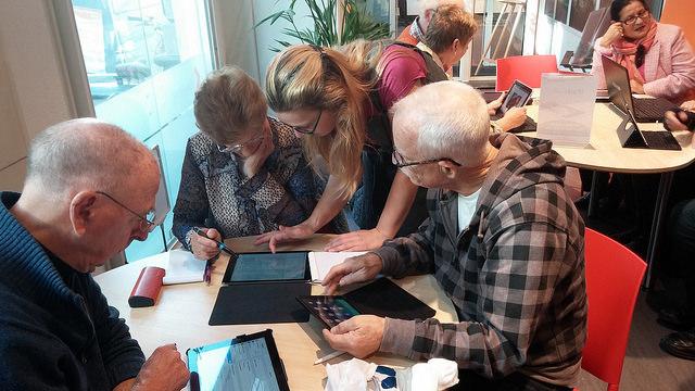 Photo of iPadcafé drukbezocht bij Bibiotheek Zwolle