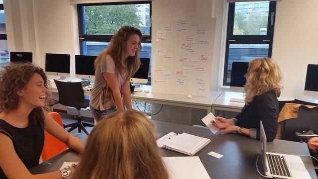Cibap studenten uit diverse vakrichtingen werken in een team samen aan creatieve oplossingen en ideeën voor real life vragen van bedrijven