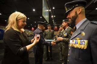 Minister Hennis-Plasschaert en luitenant-generaal Wehren reiken de herinneringsmedaille uit.