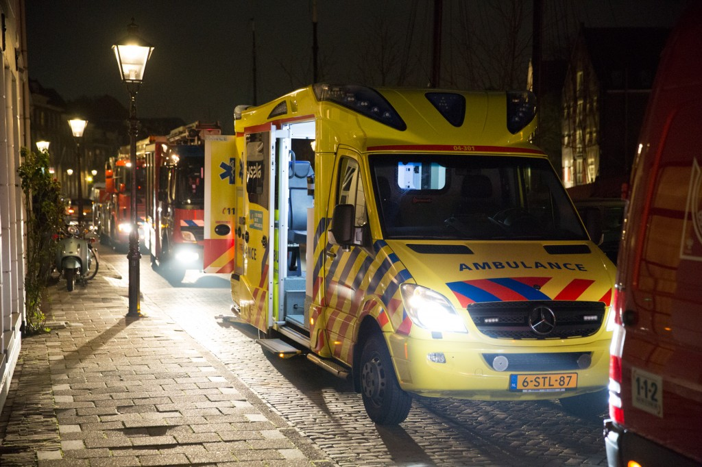 Man valt in Thorbeckegracht donderdagavond 6 november 2014 | Foto Stefan Verkerk