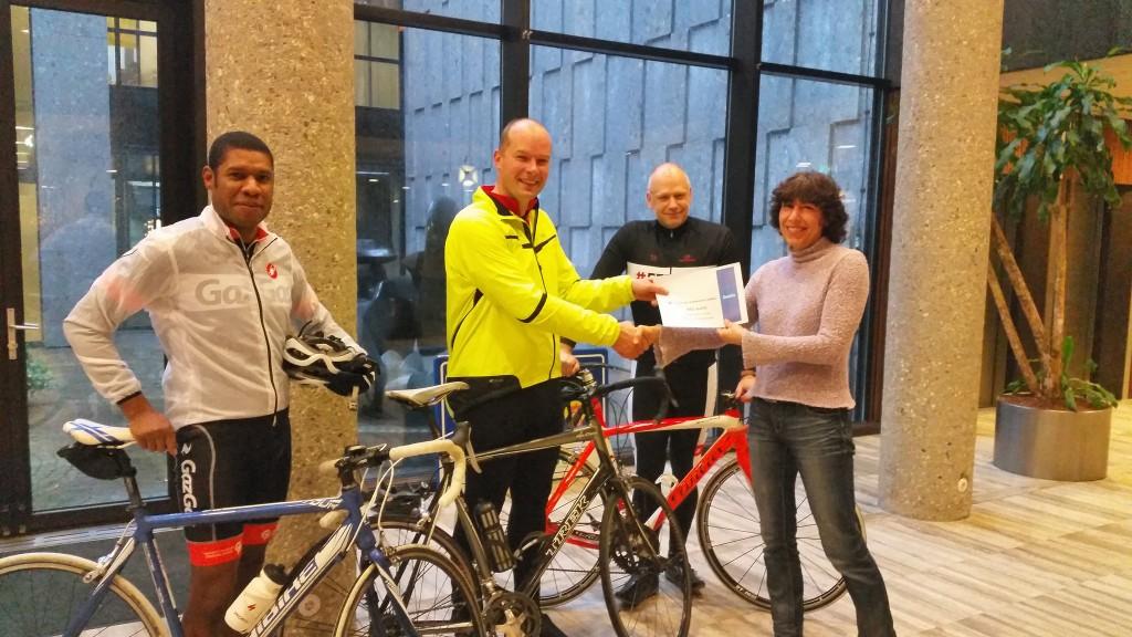 Overhandiging cheque voor 3FM Serious Request - € 421,- opgebracht door de medewerkers van de gemeente Zwolle.