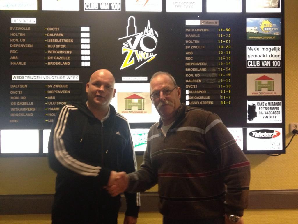 Voorzitter Wim van Enteren en trainer Joshua Nijlant schudden elkaar de hand