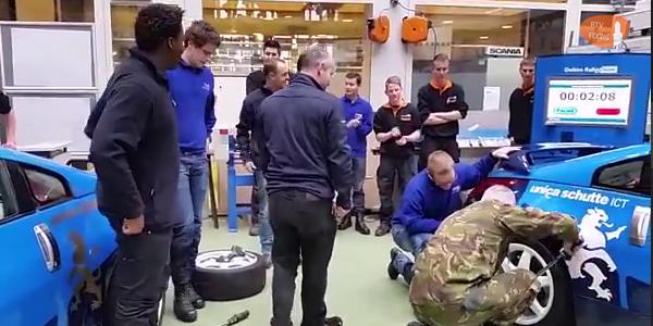 Photo of [VIDEO] Generaal Tom Middendorp (CDS) doet bandenwissel bij Deltion