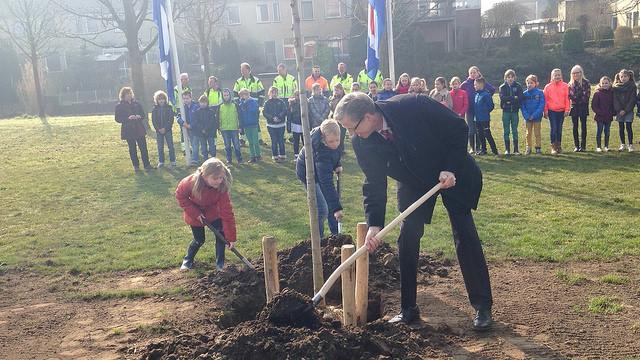 Photo of [VIDEO] Walnoot-, appel- en perenbomen geplant tijdens boomfeestdag Zwolle