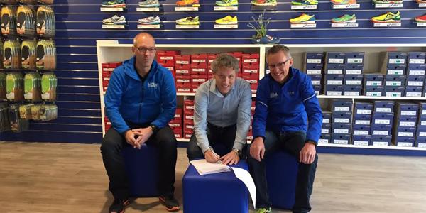 Ondertekening sponsorcontract voor DSM 10-mijl Zwolle-Zuid door Lopers Company