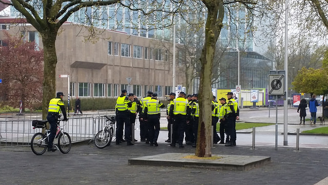 Photo of 17-jarige beschonken scooterrijder op Melkmarkt onderuit voor ogen politie