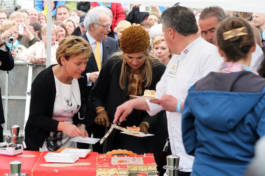 Commissaris van de Koning Ank Bijleveld en Koningin Maxima krijgen stuk taart | Foto: © Frank van Hienen - www.frankvanhienen-fotografie.nl