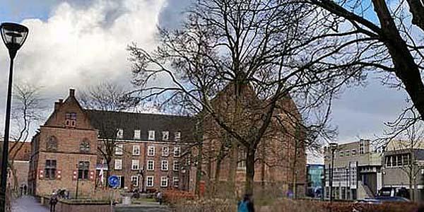 Broerenkerkplein met op de achtergrond Weeshuisstraatgebied