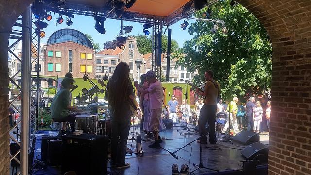 Wijzonol podium, doorkijkje vanaf de stadsmuur naar de Thorbeckegracht. Lekkere swingende muziek!