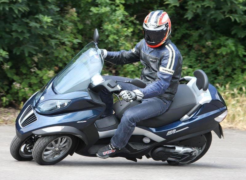 Photo of Zonder helm met 100 over de IJsselallee