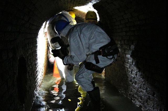 Photo of [FOTOREPORTAGE] Zwols rioolstelsel:  'Drek' laarzen en klemmende putdeksels