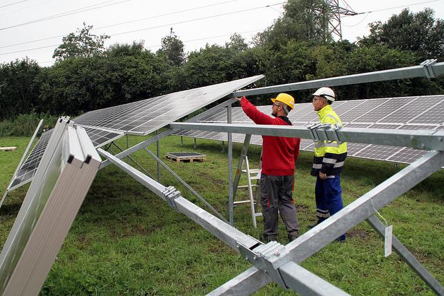 Start bouw Zonnepark Zwolle bij IJsselcentrale Foto's: Frank van Hienen - www.frankvanhienen-fotografie.nl
