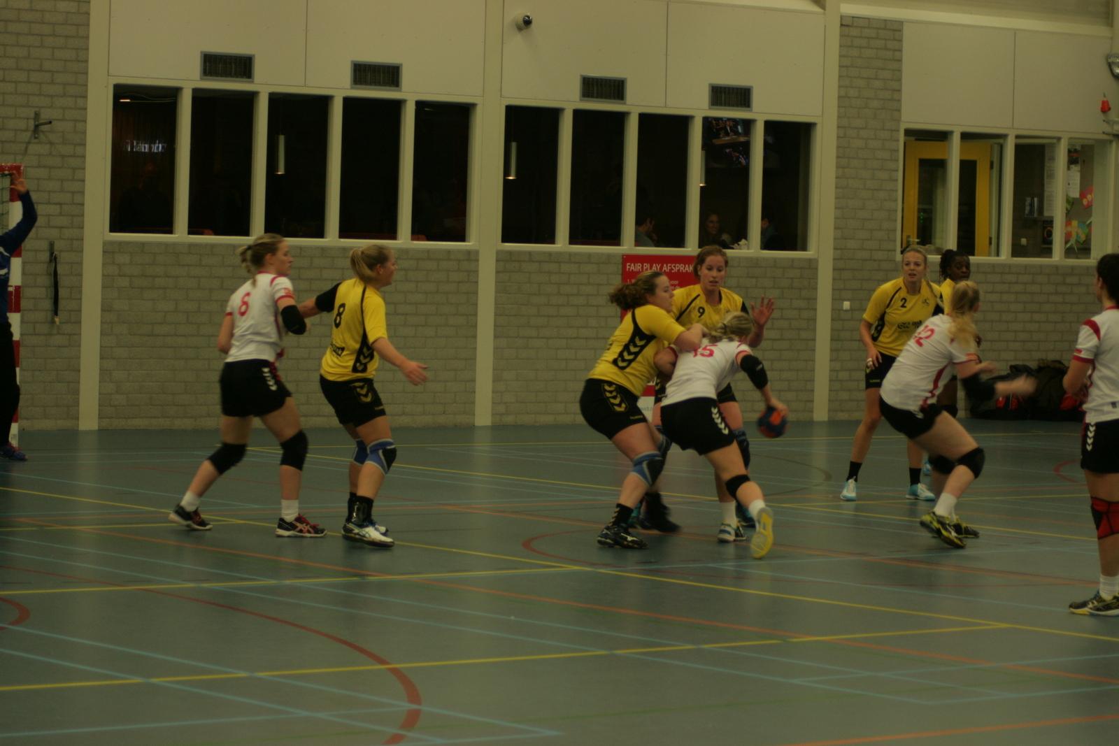 Photo of SV Zwolle Handbal Dames 1 houdt zich staande tegen Haarle