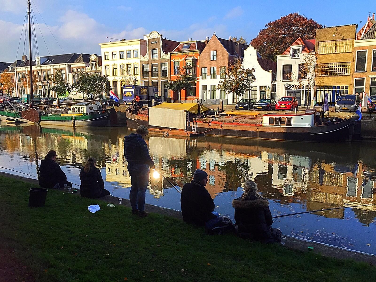 Photo of GGD en daklozen vissen in de Zwolse stadsgracht