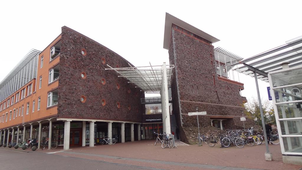 Photo of Glazen dak van Maagjesbolwerk beschadigd door omgewaaide steiger