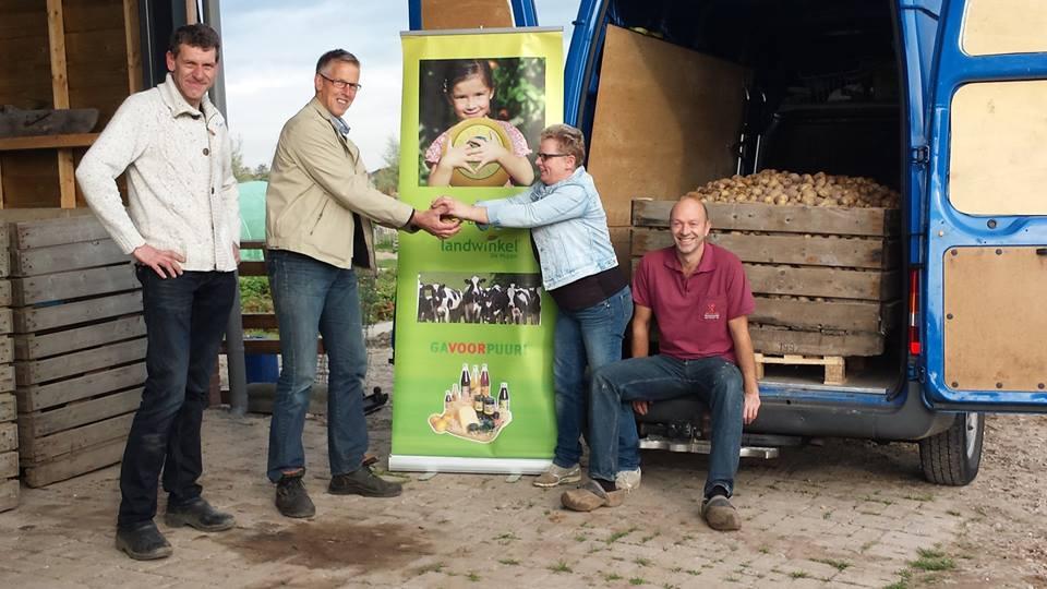 Photo of Landwinkel de Huppe en Peter Sips doneren ruim 800 kilo Bonnata aardappelen aan de voedselbank