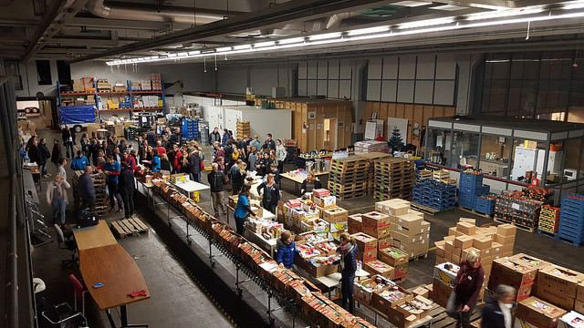 Photo of [Fotoreportage] Inpakavond Kerstpakkettenactie:  200 man aan de slag bij Voedselbank