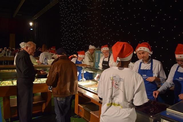 Photo of Genieten van varkenshaas op minima- en daklozen kerstdiner WRZV hallen
