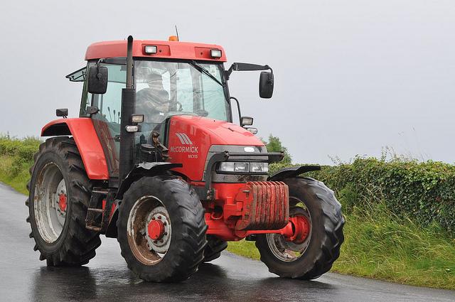 Photo of Staphorster boeren uit protest woensdag op de trekker de A28 op