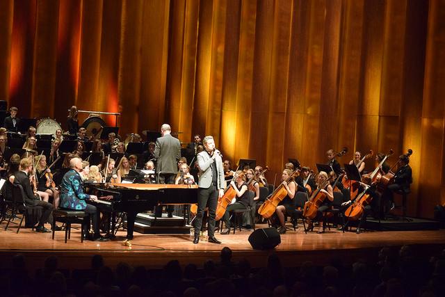 Foto: ©Joey Bisschop : The Piano man - begeleiding Rik Elings, De Buitenpianist en Jeugdorkest De Vuurvogel