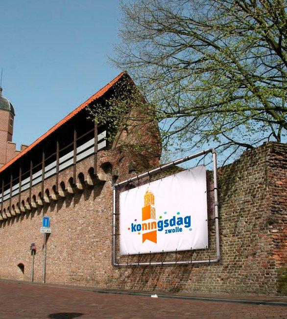Logo Koningsdag van Advice op bouwhekbanner stadsmuur (gephotoshopt)