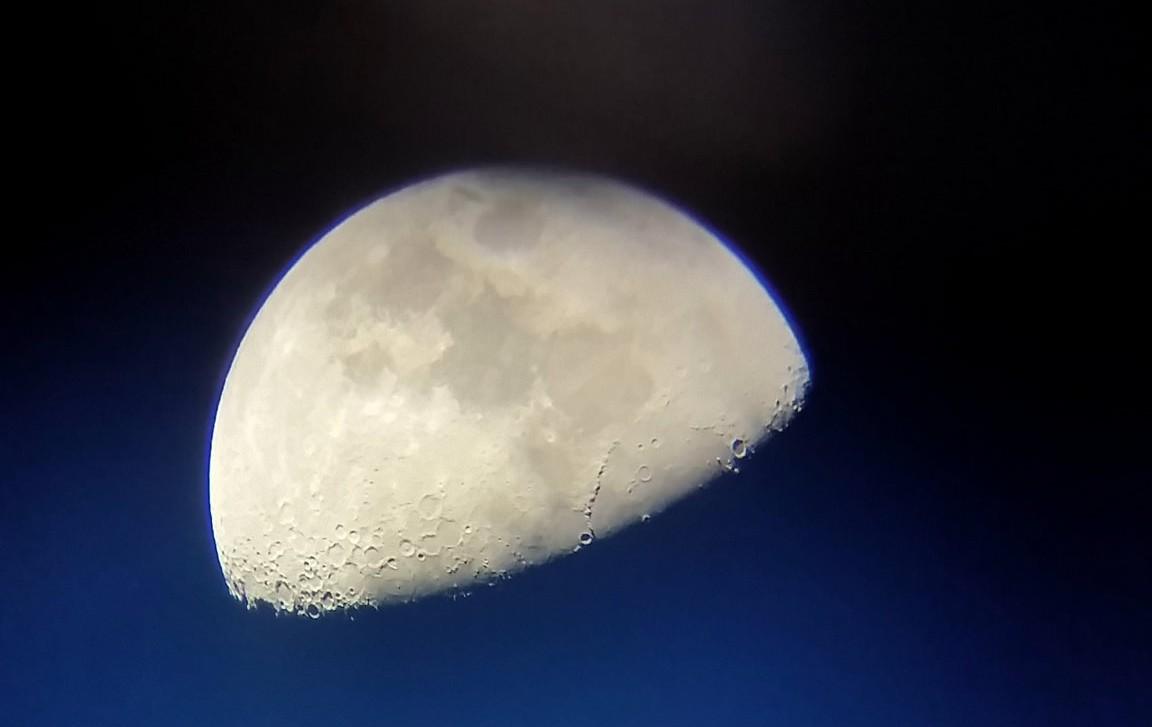 Maan gefotografeerd met smartphone door lens sterrenkijker Wim Verdoold