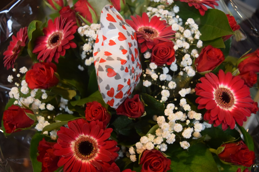 Boeket 4  Bloemenland Zwolle - (Rood boeket)    Rode rozen, rode gerbera, wit gipskruid