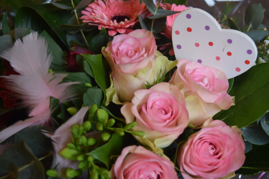 Boeket 2 (Roze boeket)  Bloemenland Zwolle:  Roze rozen, Roze Gerbera, Gipskruid, Fresia