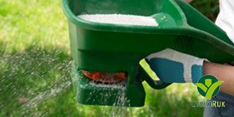Mos in het gazon verwijderen door te verticuteren of te harken. Gazon bekalken en gazonmest geven.