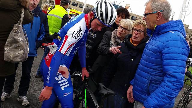 Elmar Reinders, winnaar Ster 2015, komt even voor de finish op de IJsselallee ten val