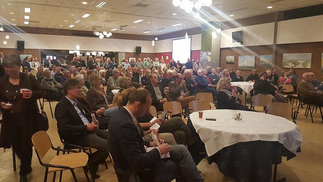 Photo of Inhoudelijk kritische vragen bij AZC bijeenkomst in Berkum Zwolle