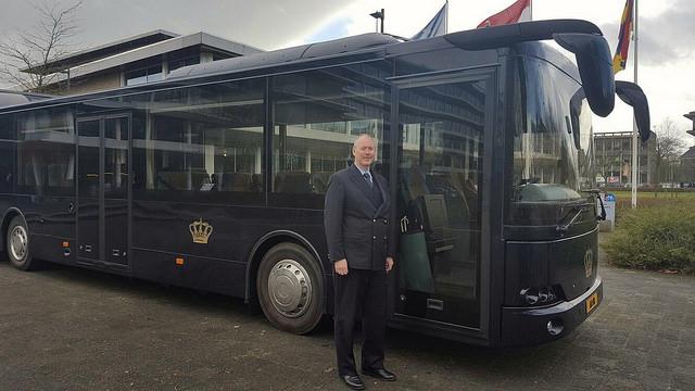 Chauffeur van de Koninklijke bus. Deze chauffeur rijdt ook tijdens Koningsdag.