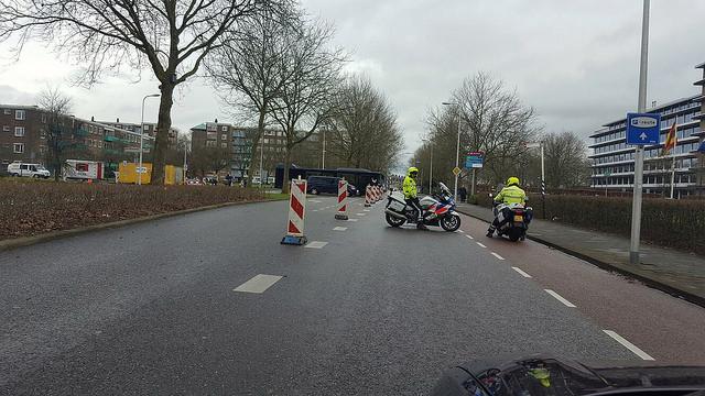 De Koninklijke bus krijgt vrij baan. Al het verkeer wordt tegengehouden.