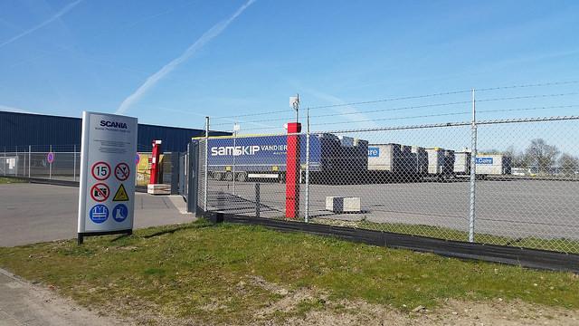 Het terrein van Scania waar nieuw geproduceerde vrachtwagens worden gestald wordt tijdens de evenementen gebruikt als dancelocatie