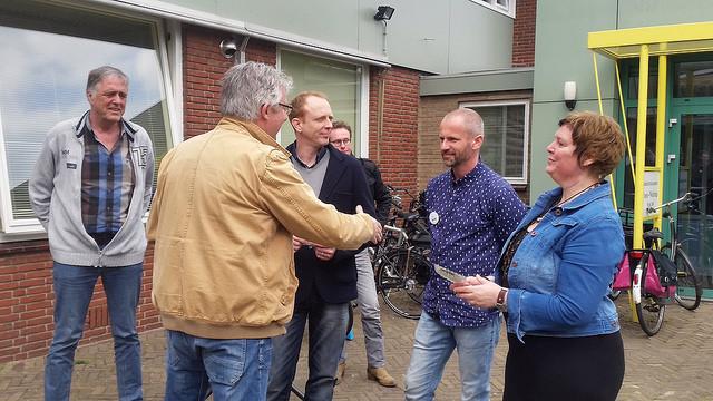 Wim Winter van Stichting Registerinstituut rijkt Vignet keurmerk autisme uit aan eigenaren Autlook en Actout