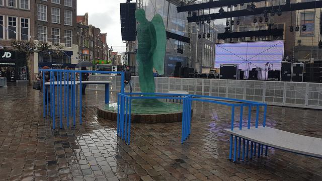 Grote tafel rondom Blauwe Engel op Grote Markt. Hier wordt de parade gehouden. 's Middags en 's avonds is er een muziekfeest