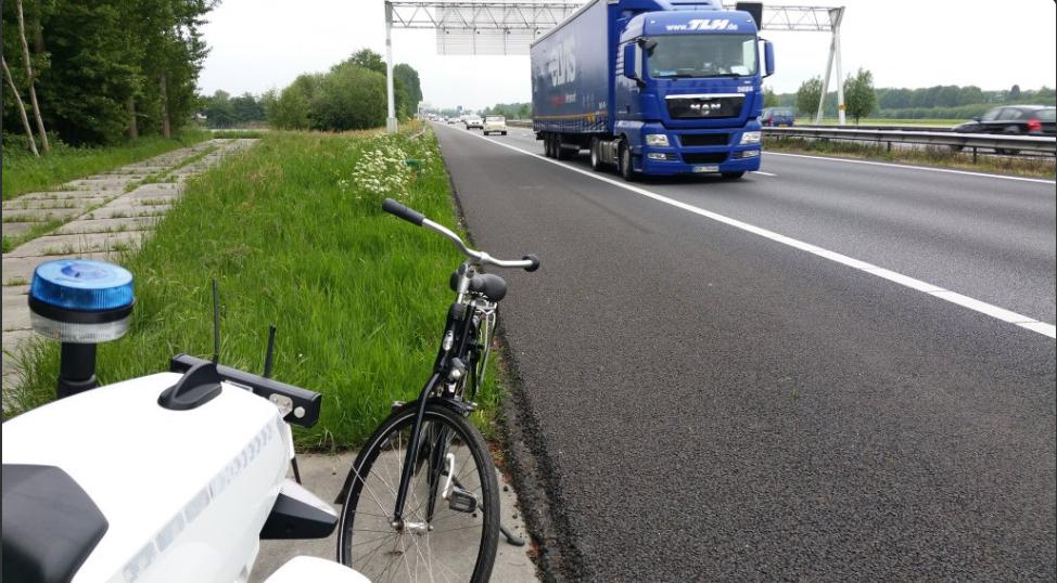 Photo of Politie plukt fietsende Pool van A28 bij Zwolle