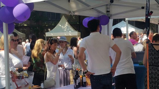 Photo of Zuid-Europees aandoend Grote kerkplein decor prachtig Wijnfestival