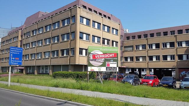 Photo of Bewoners voor oude KPN kantoor; opnieuw kantoor naar woningen omgebouwd