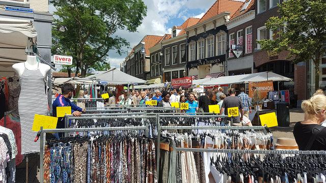 Photo of Binnenstad gezellig vol met marktkramen tijdens Blauwvingerdag