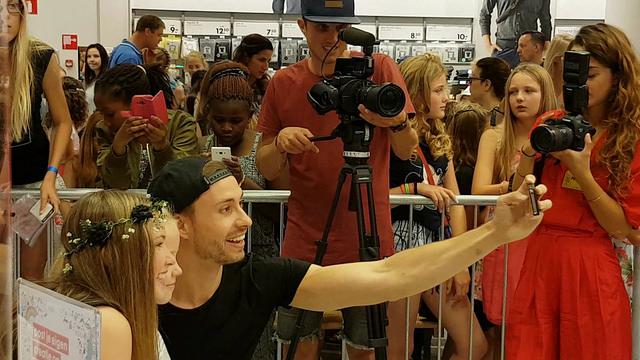 Photo of VIDEO – Vloggers Furtjuh en Beautinezz zorgen voor rijen tienermeisjes bij Hema Zwolle