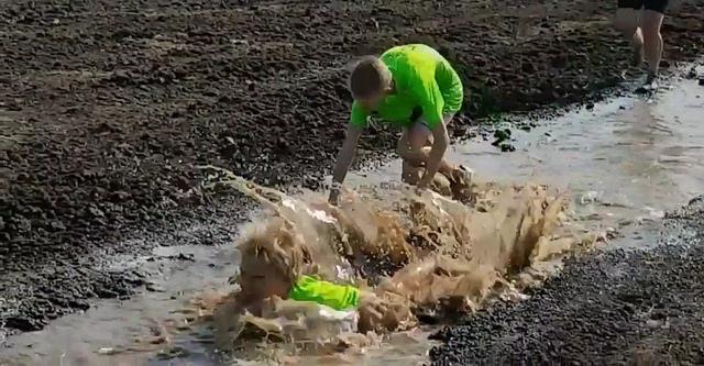 Photo of Droge Voeten Run werd met extra water toch een modderpoel