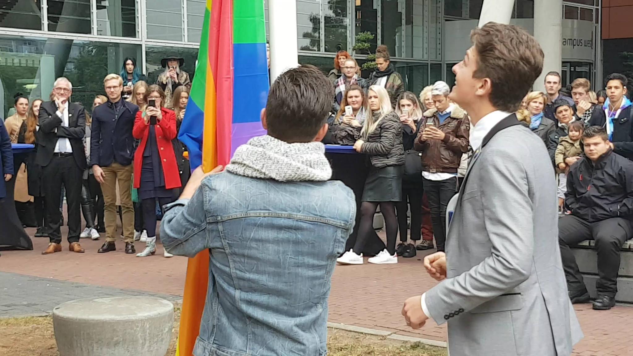 Photo of Regenboogvlag in top bij Zwolse scholen op Coming Out Day