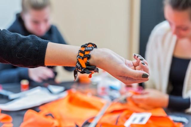Photo of Cibap studenten maken armbanden van reddingsvesten vluchtelingen