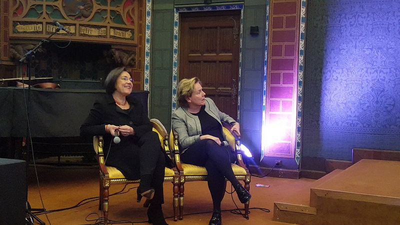 Opening expositie Democratie in alle Staten in Zwolle door de twee oud-collega's Gerdi Verbeet (links) en Ank Bijleveld (rechts)