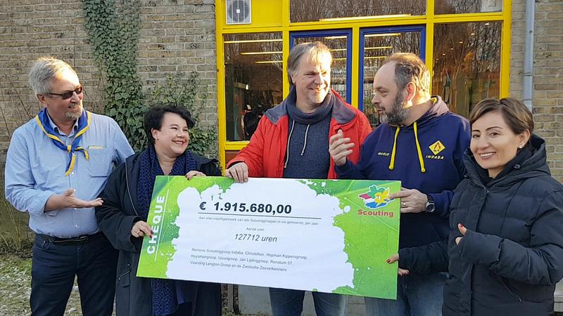 Photo of VIDEO – Staatssecretaris Dijksma krijgt Zwolse cheque van 2 miljoen aan vrijwilligersuren